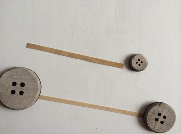 stap 5 DIY kurkbord postbode elastieken en versiering
