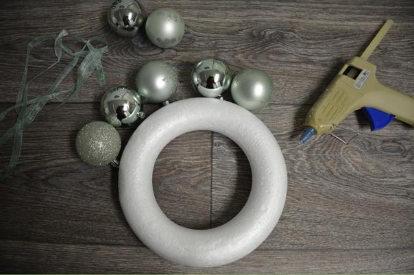 benodigdheden kerstballenboom