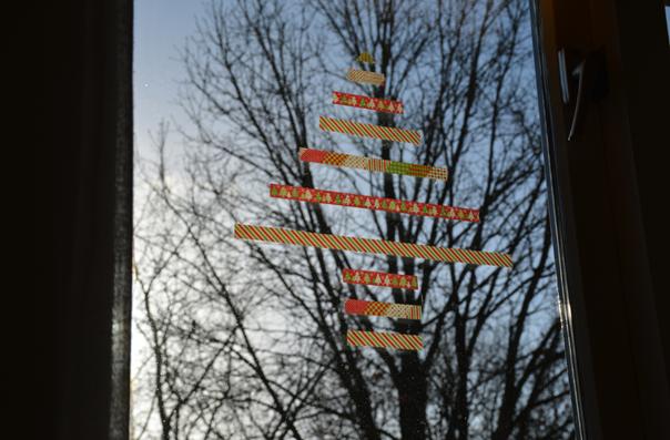 kerstboom op een raam van masking tape